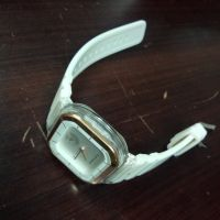 Satu buah jam tangan wanita merk Huss Puppies warna putih. Kondisi bekas  di Kabupaten Mamuju