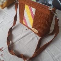 1 (satu) unit Tas selempang warna coklat bahan rajut jaring baban benang nilon ukuran lebar 20 cm tebal 7.5 cm tinggi 17 cm di Kota Padang