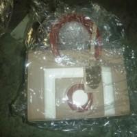 KPU BEA CUKAI SOETTA : Lot. 11. 1 (satu) paket Tas merk WARNAKU, Hermes, Burberry dan lain-lain