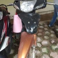 (Kejari Solsel) Lot 6. 1(satu) unit sepeda motor Supra dengan warna body belakang  merah tanpa plat nomor beserta kunci motor.    STNK dan B