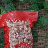 UMKM (27-10)2d : 1 (satu) bungkus kacang daun jeruk merk manalagi (250 gr)