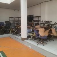 1 (satu) paket barang inventaris kantor berupa kursi/metal sebanyak 49 unit, terletak di KPP Pratama Palopo