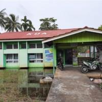 KEMENAG KUBU RAYA : Bongkaran Eks Bangunan Gedung Kantor Semi Permanen KUA Kec. Teluk Pakedai