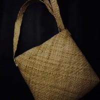 LOT 11: Tas anyaman dari Sorong Selatan, terbuat dari pelepah pohon sagu
