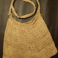 LOT 13 : Tas noken Wamena dengan pola jaring yang rapat .bahan terbuat dari serat pohon kayu manduam