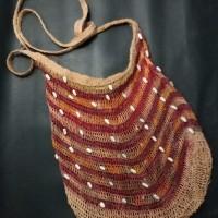 LOT 16 : Tas noken Wamena dengan pola jaring yang lebih rapat dan halus. Bahan terbuat dari serat POHON MANDUAM