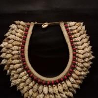 LOT 24: Kalung perang atau kalung pengantin Wamena bahan terbuat dari kerang