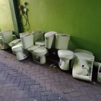 IAIN Ponorogo: satu paket bongkaran gedung kantor berupa closed duduk dan urugan